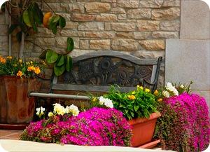 Веранда со скамейкой и цветами
