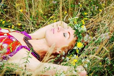 Девушка отдыхает в естественном саду