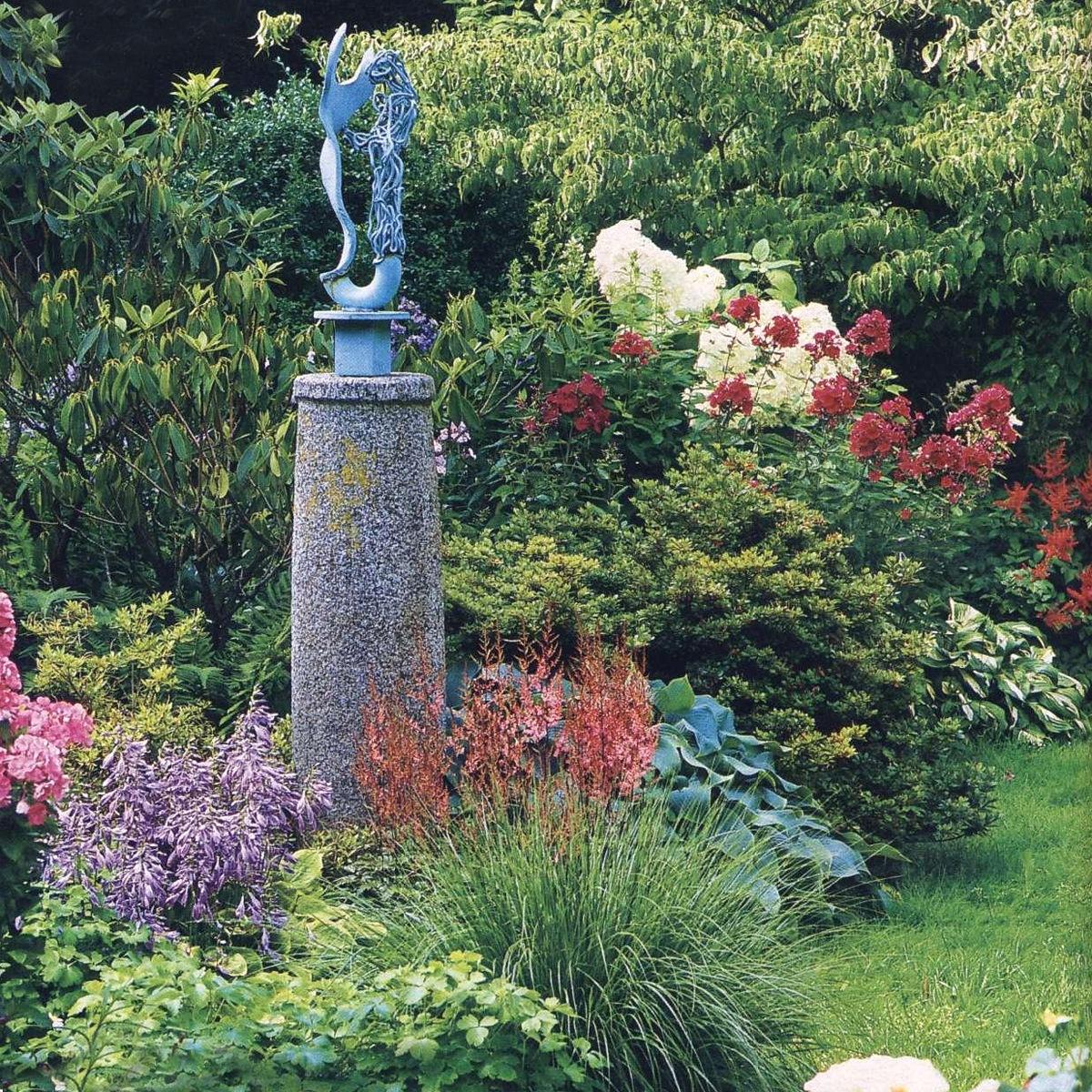 Миксбордер - смешанный цветник из многолетников и кустарников. т.е. составите схему и список растений для воплощения...